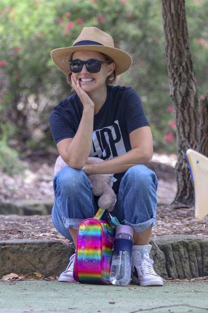 """El paseo de Natalie Portman en Sydney, Australia. La actriz se instaló en dicho país junto a su familia por la filmación de """"Marvel Thor: Love and Thunder"""". En sus días libres, aprovecha para recorrer la ciudad y en las últimas horas fue a conocer el parque de Bondi Beach"""