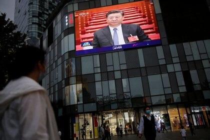 Xi Jinping se muestra todopoderoso desde una pantalla gigante en Beijing, en momentos en que dictaba el final de la autonomía de Hong Kong (Reuters)