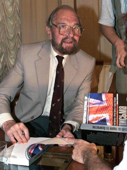 Foto de archivo del agente doble británico George Blake presentando su libro en Moscú (Rusia) el 28 de junio de 2001.  EFE / SERGEI CHIRIKOV / ARCHIVO