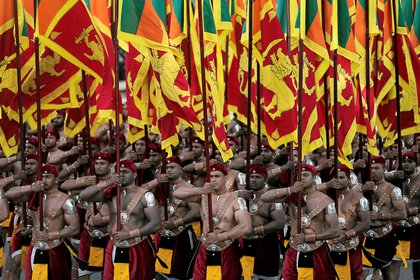 Militares de Sri Lanka marchan en la capital. Colombo, durante la celebración del 72° aniversario de la independencia el 4 de febrero pasado.