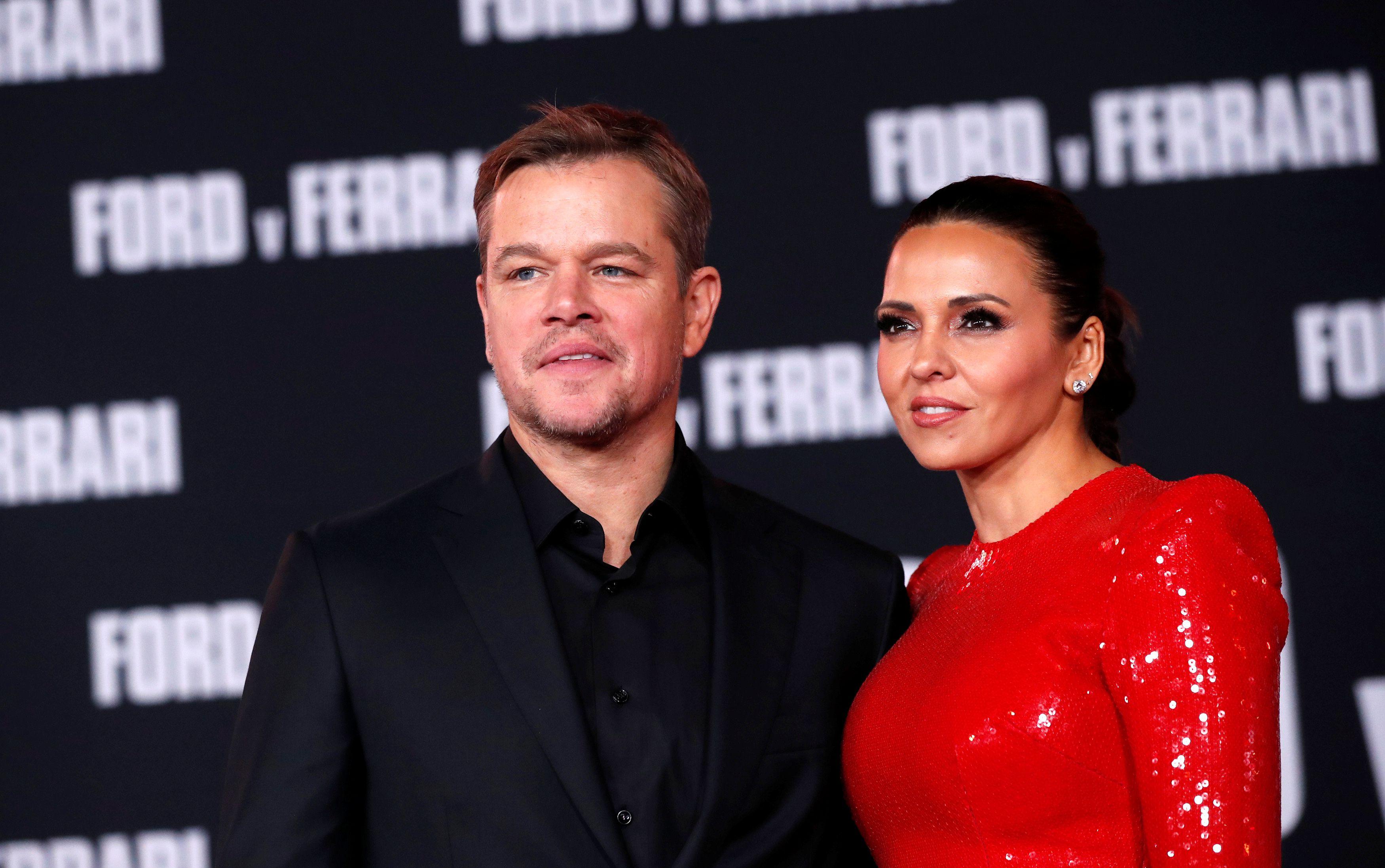 """Matt Damon y su esposa argentina Luciana Barroso posan en una proyección especial de la película """"Ford vs Ferrari"""" en Los Ángeles, California, Estados Unidos, el 4 de noviembre de 2019 (REUTERS / Mario Anzuoni)"""