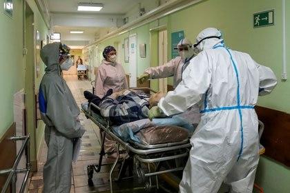 Trabajadores médicos transportan a un paciente dentro del Hospital Clínico de la Ciudad Número 52, donde se trata a los pacientes que padecen la enfermedad del coronavirus (COVID-19), en Moscú, Rusia, 8 octubre 2020. REUTERS/Maxim Shemetov
