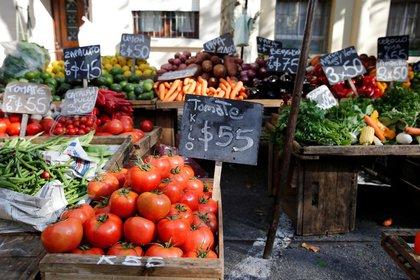 Verduras se exhiben en un mercado callejero en el centro de Montevideo. Uruguay. Foto de archivo May 17, 2017.  REUTERS/Andres Stapff