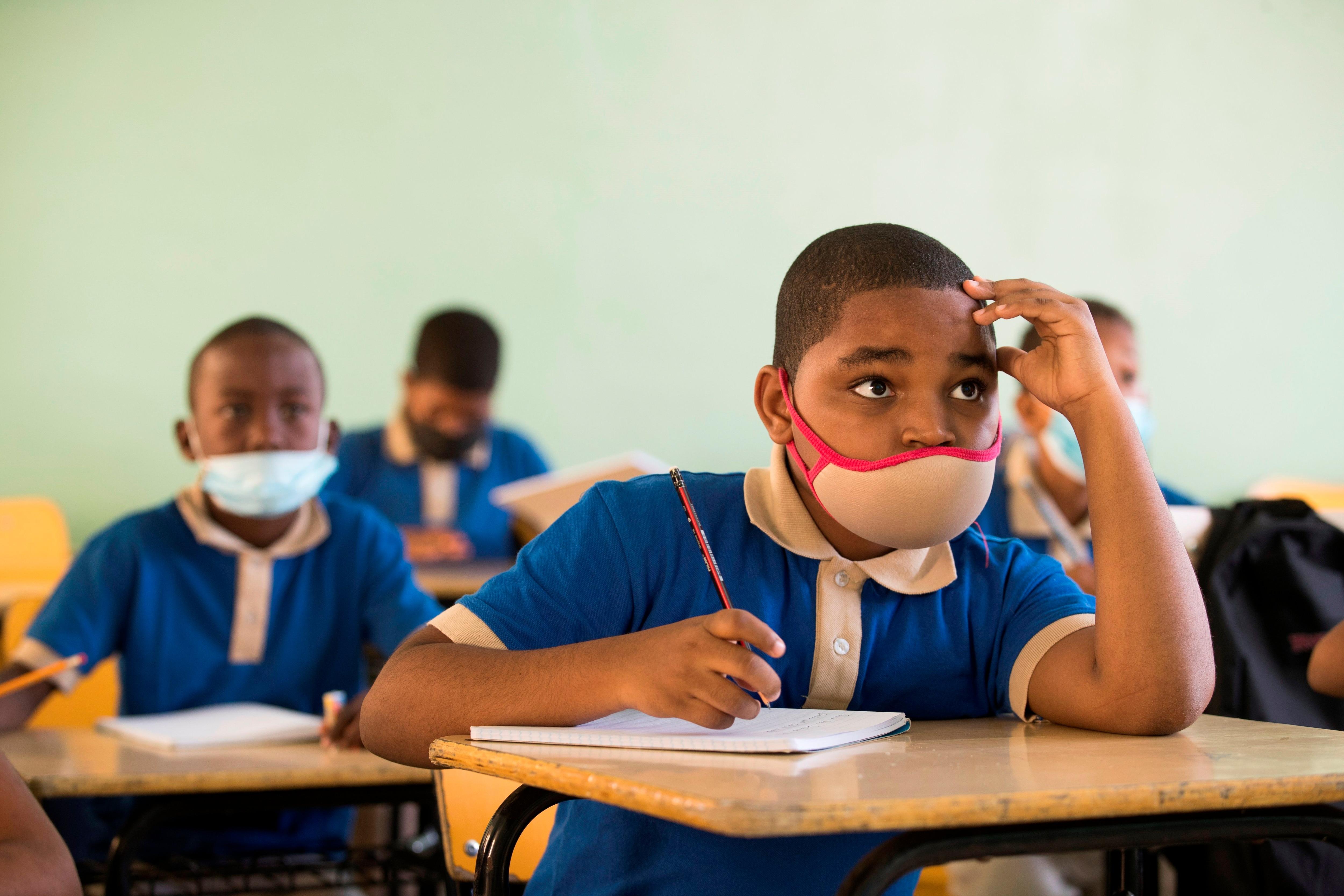 Estudiantes asisten hoy al primer día de clases presenciales en una escuela pública de Santo Domingo (República Dominicana). EFE/Orlando Barría