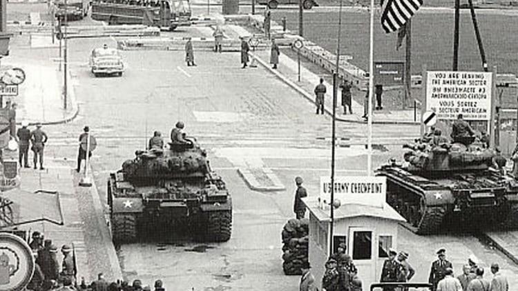 Tanques estadounidense M48 Patton frente al muro durante la