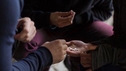 El consumo de pastillas opiáceas muchas veces es fomentado por extrañas amistades