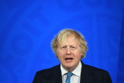 Boris Johnson estableció hoy los próximos pasos para sacar a Inglaterra del bloqueo, incluida la apertura de jardines de pub y la perspectiva de vacaciones de verano en el extranjero y pasaportes de vacunación para eventos de audiencia masiva.