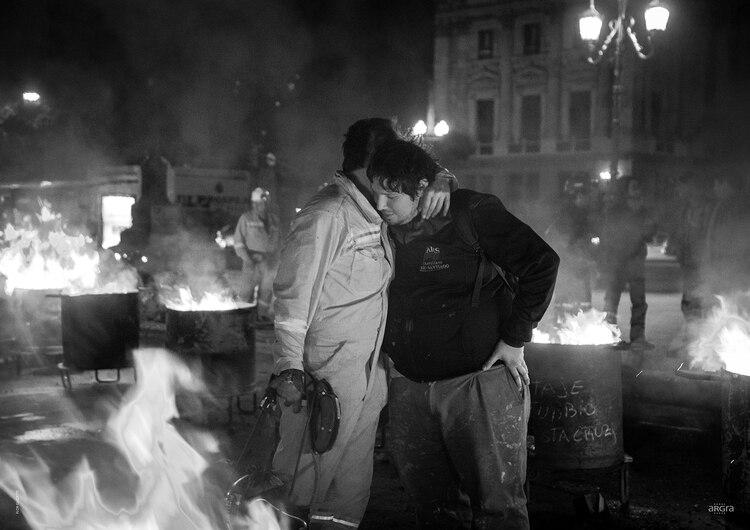 """FLOR GUZZETTI. CABA. 3 de Octubre 2018. Trabajador de Yacimiento Carbonífero Río Turbio se abraza con un trabajador de Astillero Río Santiago en el """"Carbonazo"""", durante el acampe de los mineros frente al Congreso de la Nación y en protesta por los recortes en el presupuesto nacional"""