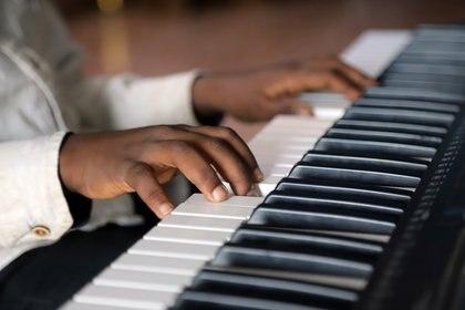Cada instrumento es diverso en los sonidos que nacen de él, pero su reacción vendrá en relación a la manera en que lo hagamos vibrar con nuestras manos y nuestra alma (REUTERS/Kenny Katombe)