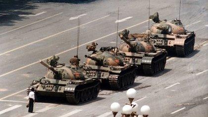 La imagen más icónica de aquel 4 de junio de 1989, un manifestante se enfrenta a los tanques del ejército chino (AP)