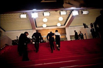 """Olivier Assayas, director de """"El otro lado del éxito"""", y la actriz Juliette Binoche, al centro, en la primera proyección del filme en el Festival de Cine de Cannes en Francia, el 23 de mayo de 2014. (Arnaud Brunet/The New York Times)"""