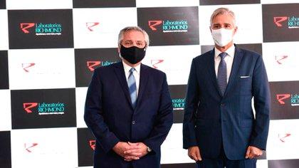 El presidente Alberto Fernández y el presidente de Laboratorios Richmond, Marcelo-Figueiras, en una reciente visita del jefe de Estado a la planta productora en Pilar