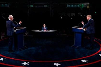 El presidente de los Estados Unidos, Donald Trump y el candidato presidencial demócrata Joe Biden participan en el primer debate presidencial en Cleveland, Ohio, EE.UU., el 29 de septiembre de 2020. EFE/EPA/OLIVIER DOULIERY