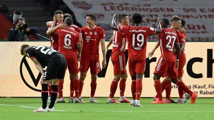 Robert Lewandowski ha anotado dos goles en la victoria del Bayern Múnich por 4-2 sobre el Bayer Leverkusen en Berlín (REUTERS)
