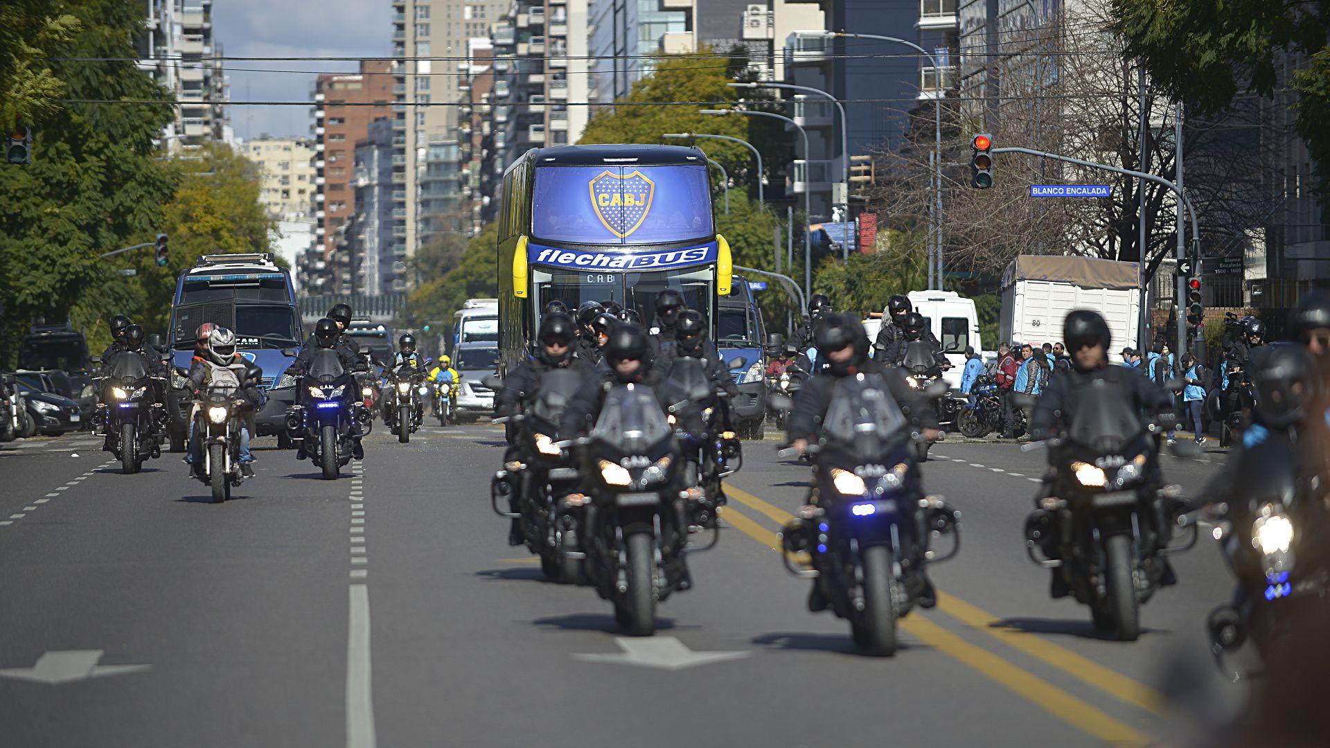 Para el cotejo se decidió cambiar el recorrido del bus que transportaba al micro de Boca con la intención de que no se repita lo ocurrido el año pasado por la final de Libertadores