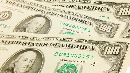 Los billetes de 100 más antiguos, con el dibujo de Benjamin Franklin más pequeño