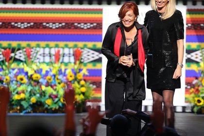 La chef colombiana Leonor Espinosa (i) recibe el premio a la mejor chef de Latinoamerica (EFE)