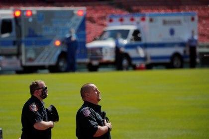 Personal médico escuchando el himno estadounidense en Boston, Massachusetts, Estados Unidos (REUTERS/Brian Snyder)