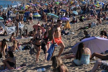 La gente disfruta del tiempo soleado en la playa de la Barceloneta, el 19 de julio de 2020 (REUTERS/Nacho Doce)