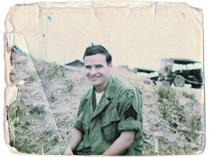Tim O'Brien en una fotografía durante la contienda bélica
