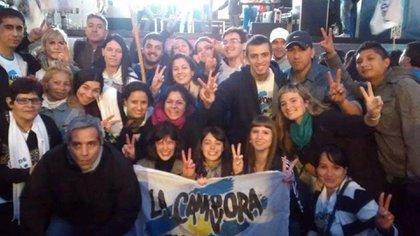 Chantada junto a miembros de La Cámpora.
