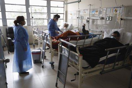 Pacientes se recuperan de la COVID-19 en el Área de rehabilitación del hospital Cayetano Heredia, en Lima (Perú) (EFE/ Paolo Aguilar/ archivo)
