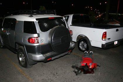 """El cuerpo sin vida de Édgar Guzmán López, hijo de """"El Chapo"""" Guzmán tendido en el piso del estacionamiento de un supermercado en el centro de Culiacán, Sinaloa (Gentileza: Diario Noroeste)"""