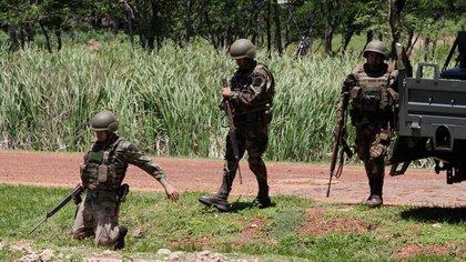 FOTO DE ARCHIVO: Soldados paraguayos detienen y examinan vehículos y sus conductores como medidas contra el grupo armado de izquierda el Ejército del Pueblo Paraguayo (EPP), en Concepción, Paraguay, 1 noviembre,  2011.  REUTERS/Jorge Adorno  (PARAGUAY - Tags: MILITARY CIVIL UNREST CRIME LAW) )