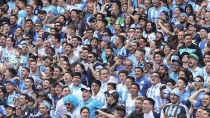 La hinchada de Racing alienta a su equipo en un clásico ante San Lorenzo. Foto de archivo NA: DAMIAN DOPACIO