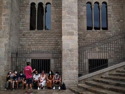 Un guía turístico y los visitantes, durante el brote de coronavirus en Barcelona REUTERS/Nacho Doce