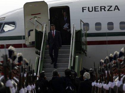 Foto de archivo. El entonces presidente de México, Enrique Peña Nieto, desembarca del avión a su llegada a Ciudad de Guatemala. 31 de mayo de 2013. REUTERS/William Gularte