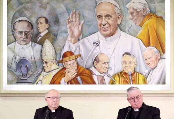 Los miembros de la Conferencia Episcopal de Chile, Luis Fernando Ramos Pérez y Juan Ignacio González, en una rueda de prensa en el Vaticano en mayo. (LUCA PRIZIA / AFP / Getty Images)