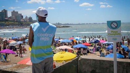 Los agentes de control de la municipalidad cerraron la playa Cabo Corrientes por exceso de turistas