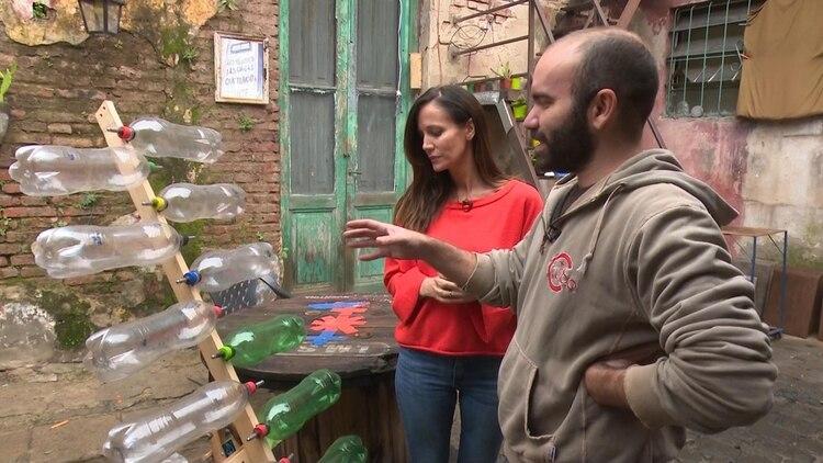 Carolina Prat se interiorizó en los instrumentos musicales que construyen con materiales reciclables