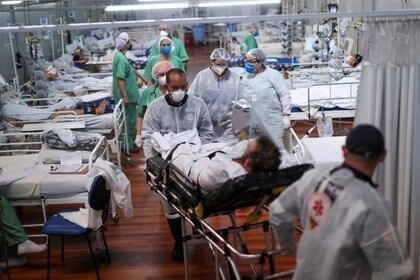 Un paciente que padece la enfermedad de coronavirus es transportado a un hospital de campaña instalado en el gimnasio deportivo Dell'Antonia en Santo Andre, en las afueras de San Pablo (REUTERS/Amanda Perobelli)