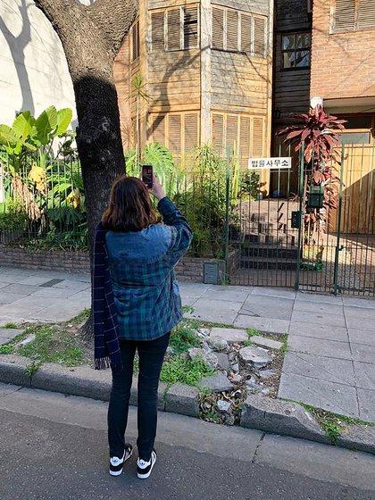 Una de sus actividades: recorrer la ciudad y encontrar fachadas que remitan a las décadas del '60 y '70, que luego muestra en los tours que organiza.