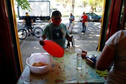 Se sabe que los nuevos pobres son en su mayoría sectores de clase media baja que se encontraron de golpe con cero ingresos (Reuters)