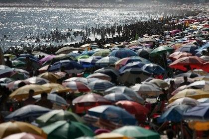 Gente en las playas de Río (REUTERS/Ricardo Moraes/Archivo)