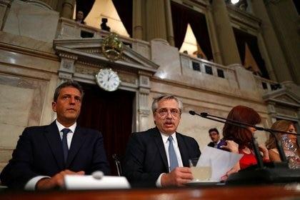 El presidente se dirige a la Asamblea Legislativa. A su derecha, Sergio Massa. A su izquierda, Cristina Kirchner. REUTERS/Agustin Marcarian