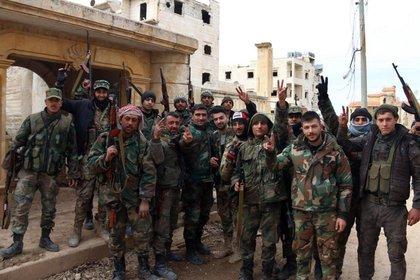 Soldados sirios festejan los avances en Aleppo (SANA via AP)