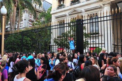 Muchos fans llevaban varias horas apostados frente al Palacio Duhau - Park Hyatt de Buenos Aires