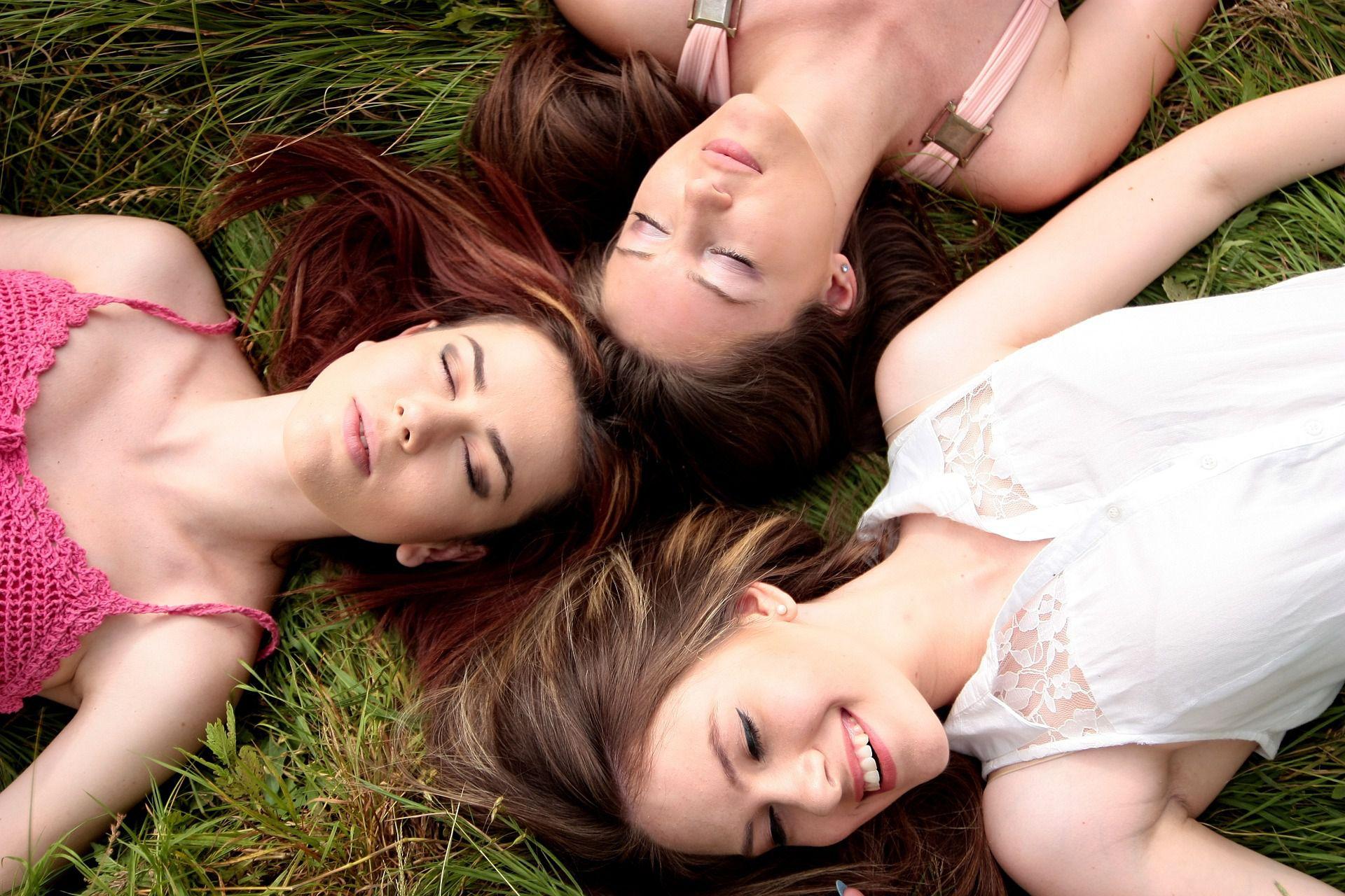 El apoyar a quien sufre cansancio, desgano o depresión a través de actividades de grupo o invitándolo a salir a los lugares que le causan alegría, son buen paleativo (Foto: Pixabay)