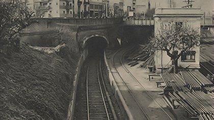 El ingreso al antiguo túnel oculto atraviesa el corazón de Buenos Aires desde 1912