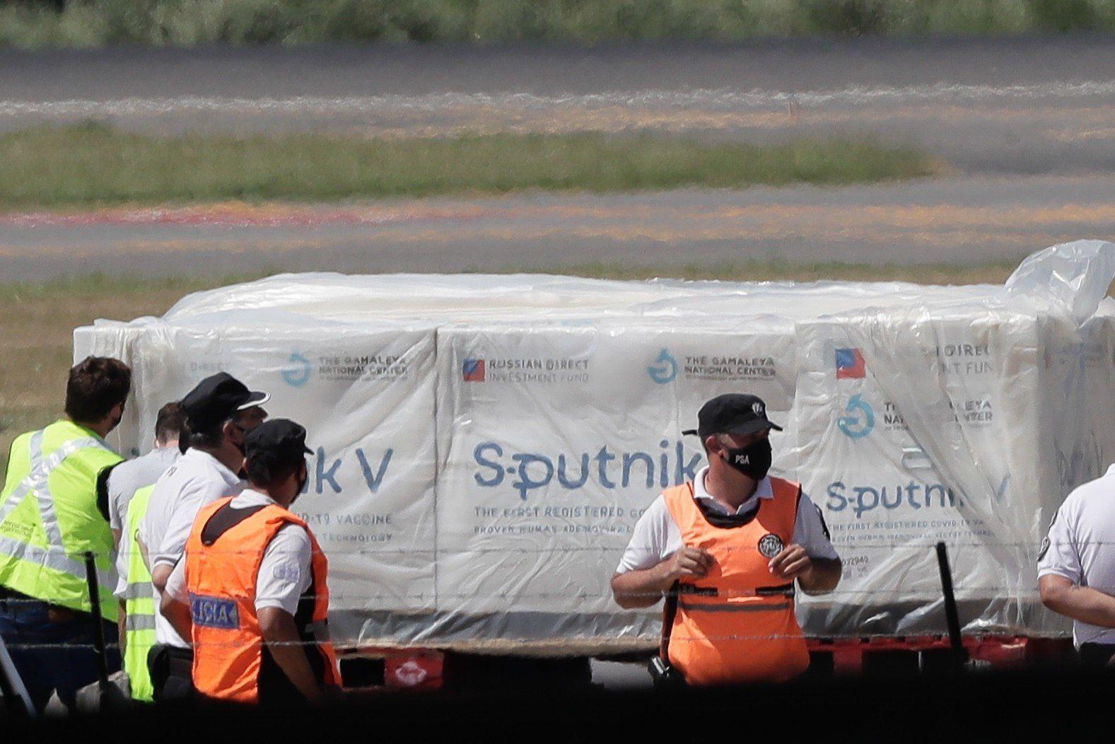 Ayer por la mañana llegaron las primeras 300 mil dosis de la Sputnik V al país