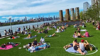 Nueva York empieza a reactivar ciertas actividades, respetando el distanciamiento social (REUTERS/Eduardo Munoz)