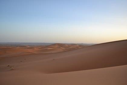 Cae el sol en el desierto en las dunas de Erg Chebbi en Marruecos