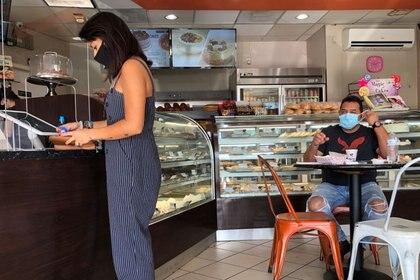 IMAGEN DE ARCHIVO. Clientes dentro de una panadería en el Condado de Miami-Dade, en medio del brote de coronavirus, en Miami, Florida, EEUU, Agosto 31, 2020. REUTERS/Marco Bello
