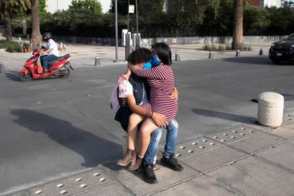El presidente de México dijo a la población que no pasaba nada por abrazarse (Foto: Reuters/Carlos Jasso)