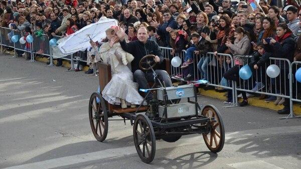 Una réplica del auto durante los festejos por el Bicentenario de la Patria