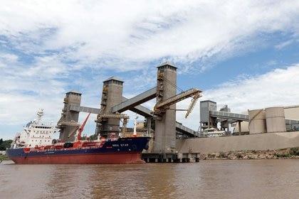 Foto de archivo. Embarcación cargando granos en el puerto del río Paraná cerca de Rosario, Argentina, Jan 31, 2017. REUTERS/Marcos Brindicci